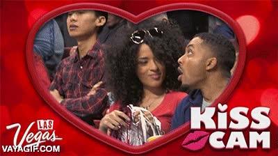 Enlace a Igual no es la mejor idea ir con tu amante a un partido de basket