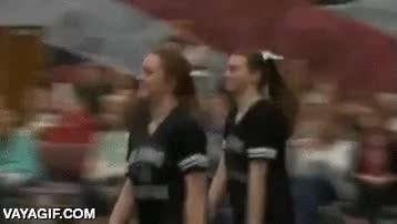 Enlace a Un marine de los Estados Unidos volviendo de su misión dando una sorpresa a su hija