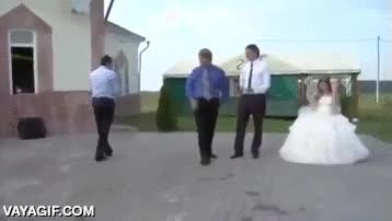 Enlace a El típico espontáneo que se anima a bailar en una boda, el colega le sigue y...