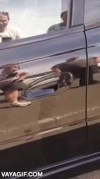 Enlace a Si vives en Australia, antes de abrir tu coche mira antes bajo la maneta