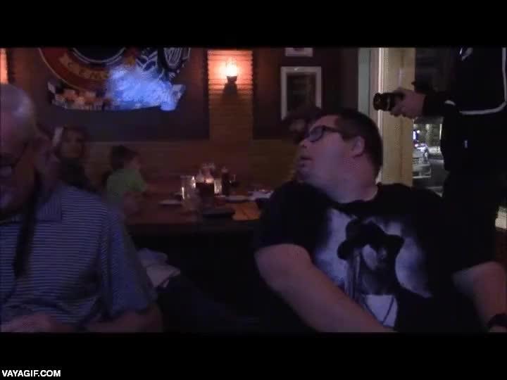 Enlace a Kid Rock sorprendiendo a este chico con síndrome de Down por su 30 cumpleaños