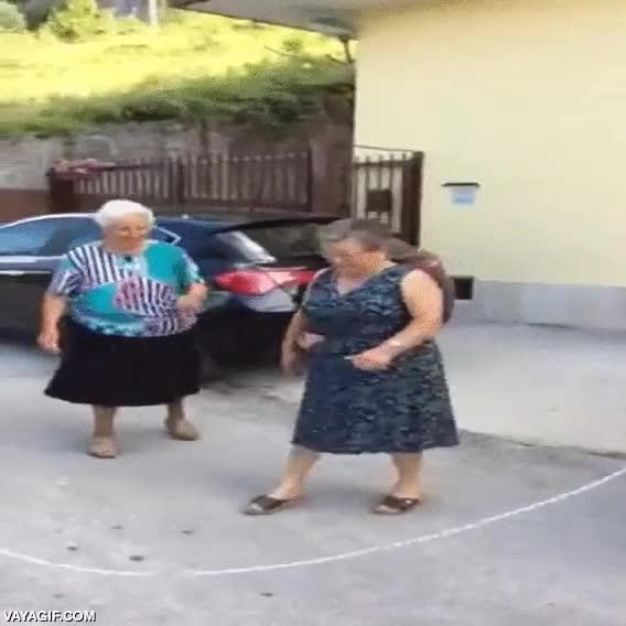 Enlace a Dejad que enseñe a estos jovenzuelos cómo se salta a la comba, ¡olé esas abuelas!