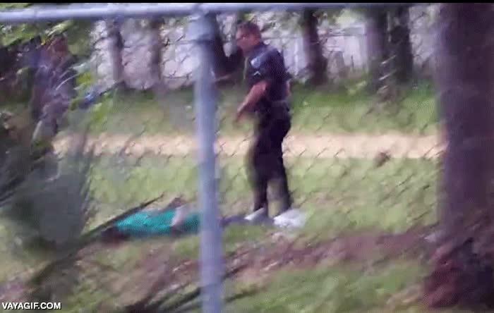 Enlace a El poli que abatió a tiros a un hombre negro que huía desarmado deja caer su arma para incriminarlo