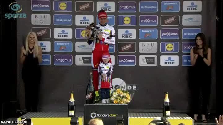 Enlace a El hijo de este ciclista noruego se asusta y esconde al descorcharse sola una botella de champagne