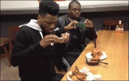 Enlace a Primero una foto y luego a comer, ¿no tienes modales o qué te pasa?