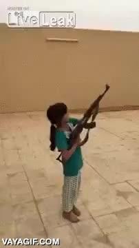 Enlace a Deja disparar una metralleta a su hija y por poco no acaba matándolo