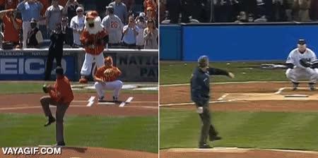 Enlace a Obama y George Bush haciendo el saque de honor de un partido de baseball, mejor no comparar...