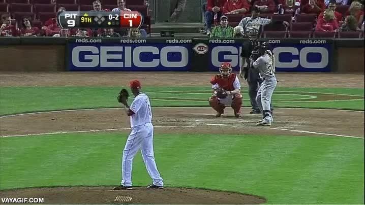 Enlace a El lanzamiento de baseball más rápido jamás registrado en la historia (105 mph = casi 170 km/h)