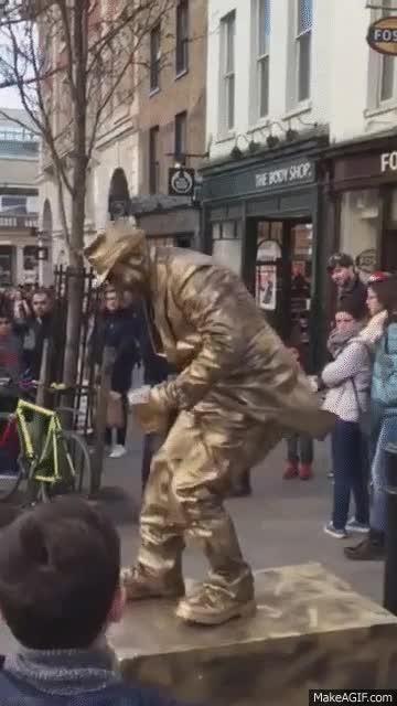 Enlace a La gravedad no te afecta igual que a todo el mundo cuando eres una estatua humana