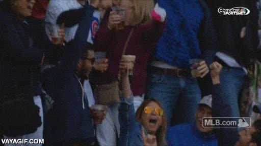 Enlace a La única cosa que puedes hacer si en el estadio de baseball te cae la bola en tu vaso de cerveza