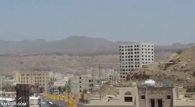 Enlace a Arabia Saudi bombardea un almacén de munición en Yemen