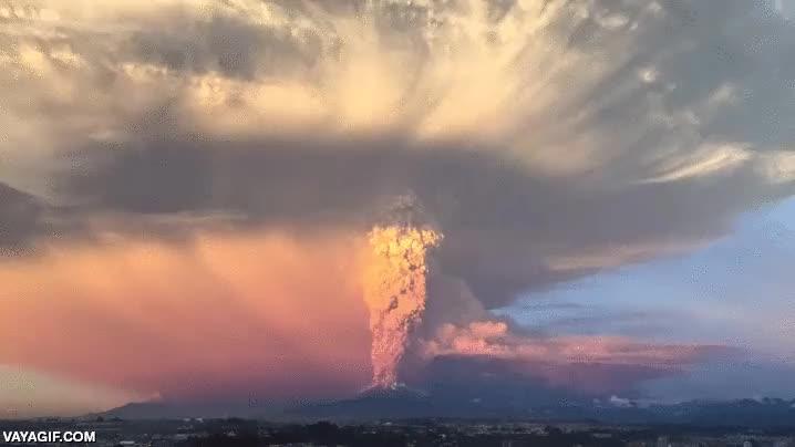 Enlace a Así se ve desde el cielo la erupción volcánica de Chile