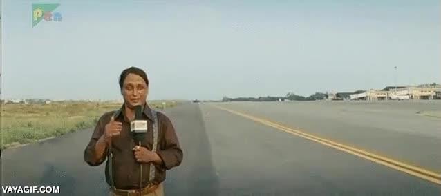 Enlace a La importancia de no ir a hacer un reportaje en directo al aeropuerto si llevas peluquín