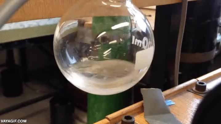Enlace a La química puede ser tan loca que una sustancia puede hervir y congelarse al mismo tiempo