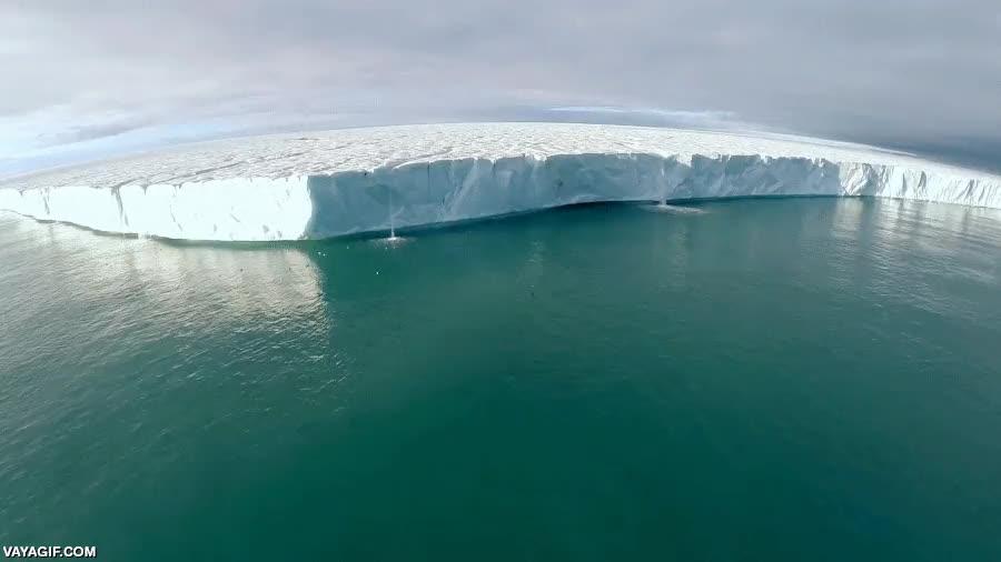 Enlace a El calentamiento global está derritiendo tanto los polos, que hasta los glaciares tienen cascadas
