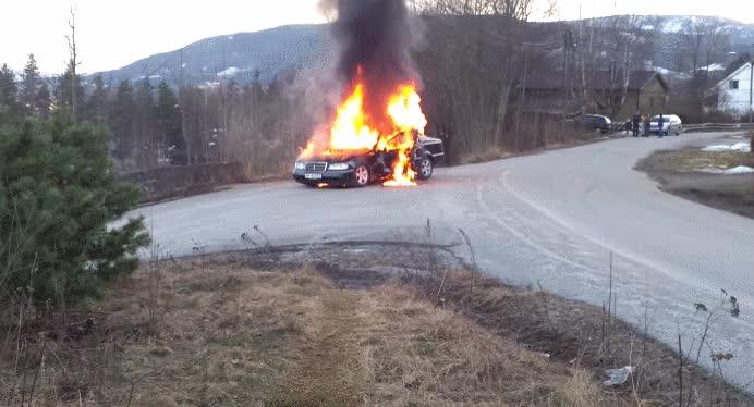 Enlace a Algo no salió bien del todo intentando apagar este coche incendiado