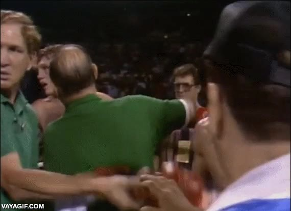 Enlace a Muy hábilmente, el padre de este boxeador comprueba como los guantes del rival estaban trucados
