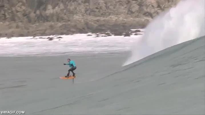 Enlace a No es un efecto óptico, este señor surfea con su tabla sin tocar el agua