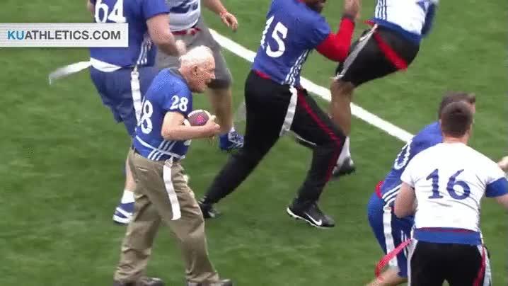 Enlace a Un hombre de 89 años se marca un touchdown en un partido amistoso en la Universidad de Kansas