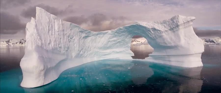 Enlace a Volando a través de un iceberg con un dron