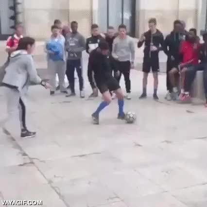 Enlace a Pero si las tías no saben jugar a fútbol, deja en paz a esa niñita
