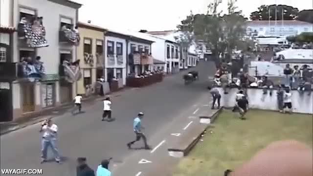 Enlace a ¿Realmente no ha escuchado los pasos de 3 toros sobre la carretera viniendo hacia él?