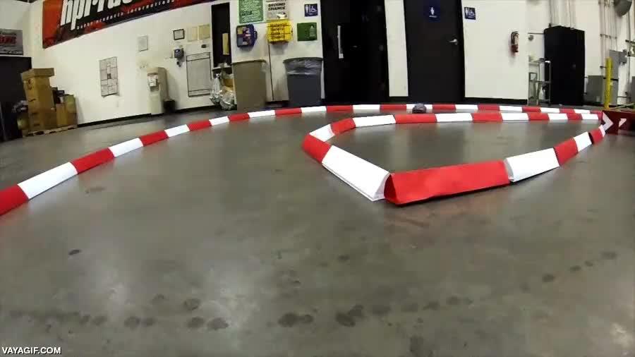 Enlace a El auténtico maestro del drifting con coches teledirigidos
