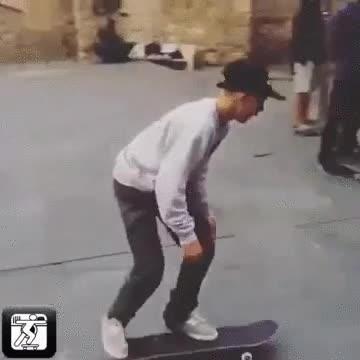 Enlace a Un joven maestro del skate haciendo un truco casi imposible