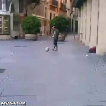 Enlace a Llevando el street football a otro nivel de malabarismos