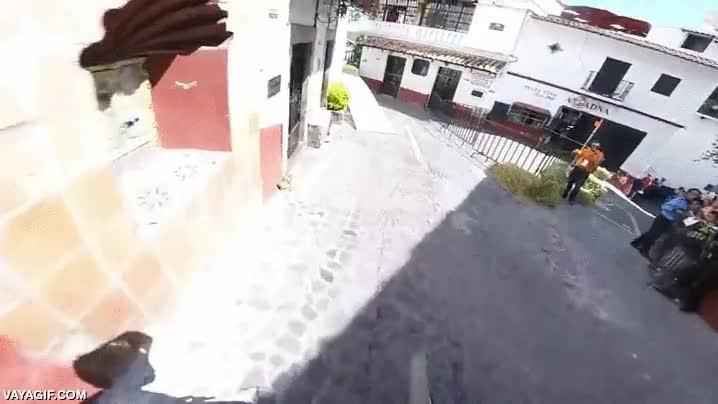 Enlace a Descenso en mountain biking por mitad de un pueblo mexicano