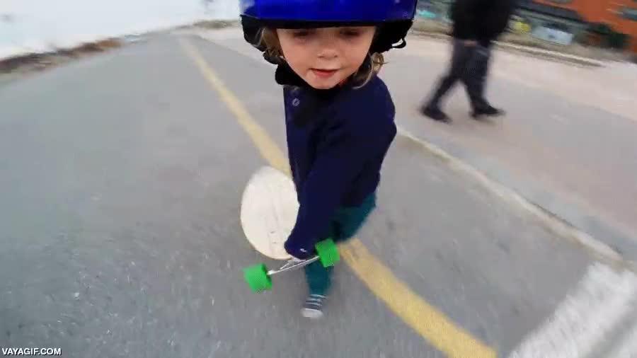 Enlace a Una niña de 6 años montada en un skateboard eléctrico, su cara al final no tiene precio