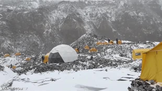 Enlace a Así se vive una avalancha en el campamento base del Everest