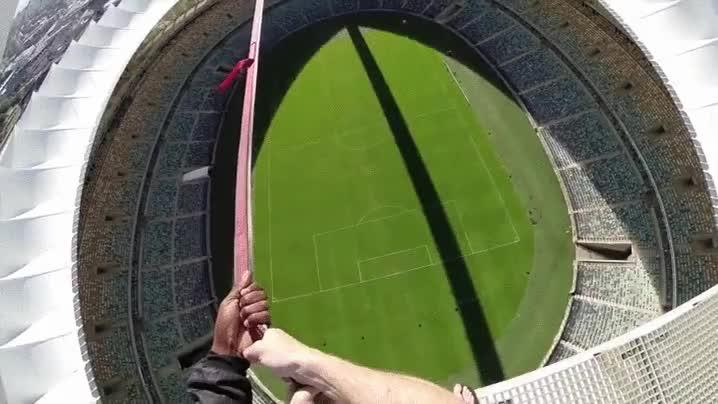 Enlace a ¿Te atreverías a tirarte desde lo alto de este estadio colgando de una sola cuerda?