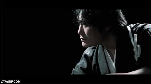 Enlace a Un samurai partiendo una gamba rebozada en dos disparada a 120 km/h con su katana