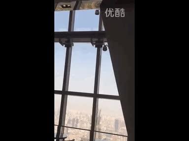 Enlace a La plataforma de unos limpiacristales oscilando con el viento a 92 pisos de altura, ¡vértigo!