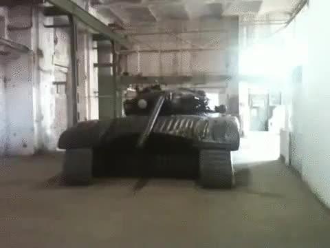 Enlace a Este tanque inflable, usado como señuelo en la guerra, parece que se alegra de verte