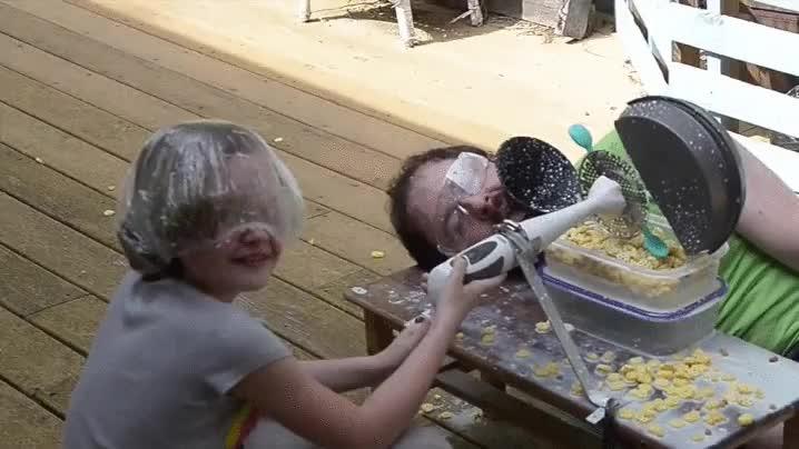 Enlace a Padre ayudando a su hijo a fabricar una máquina para el desayuno automatizado