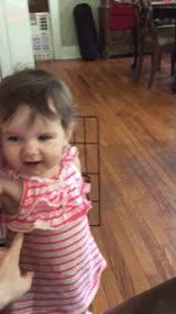 Enlace a Parece que a esta niña no le gustan demasiado las cosquillas