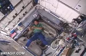 Enlace a Lanzando un bumerán en gravedad 0 dentro de la Estación Espacial Internacional