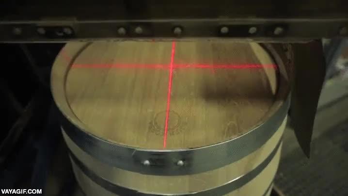 Enlace a Grabando un barril de madera con láser a una velocidad increíble