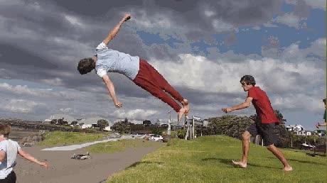 Enlace a La típica tarde que pasas con tus colegas haciendo saltos acrobáticos en bucle