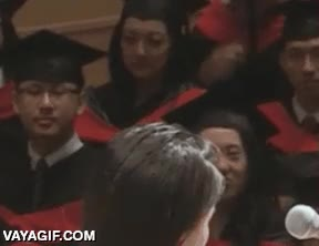 Enlace a La gente del público se lo pasa muy bien durante la chapa del discurso de graduación