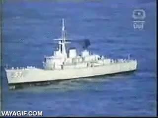 Enlace a Esto es lo que provoca un torpedo impactando contra un barco