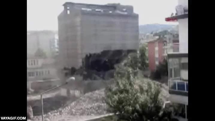 Enlace a ¿Un edificio muy bien construido o un equipo de demolición muy incompetente?