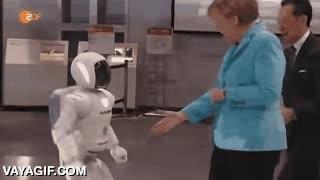 Enlace a Señoras y Señores, Robotroll negando el saludo a Angela Merkel