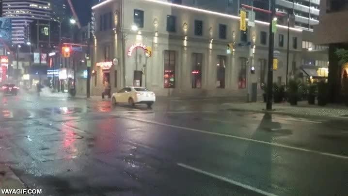 Enlace a Lo típico que vas por una calle de tu ciudad y se te cruza el Joker y el Batmóvil detrás