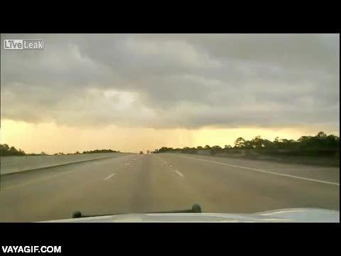 Enlace a Un coche de policía a punto de comerse un rayo en plena carretera
