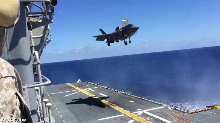 Enlace a Un F-35B aterrizando verticalmente en un portaaviones de tamaño reducido