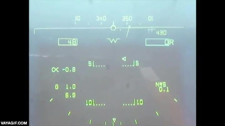 Enlace a Aterrizando un caza de combate en un portaaviones en mitad del océano con visibilidad casi nula