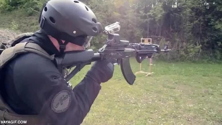Enlace a ¿Cómo recargar un AK-47 si tienes un brazo herido?